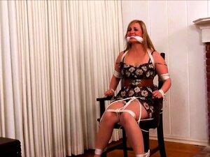 Žena s velikim bradavicama povezana je u BDSM-u