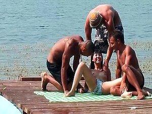 Grupni seks na pristaništu ispred svih
