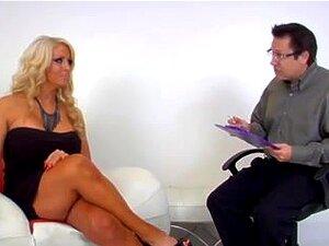 Zakrivljeno plavuša u lice sjedi femdom akcija, strašan domina plavuša s velikim tits i veliki posterior sjedi na njezin ljubavnik lice u tom femdom video i to izgleda nevjerojatno.